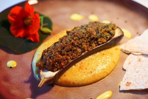 Aubergine mit Quinoa-Gemüsefülle auf Kartoffelpüree und gebratenen Pastinaken