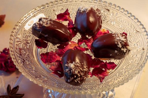 Datteln mit Marzipanfülle in dunkler Schokolade